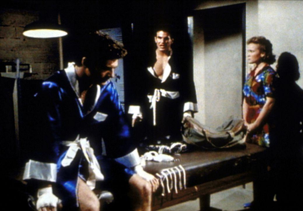 Julie (Jennifer Parsons, r.) wird Zeuge, wie sich Morty (Michael Shaner, l.) und Billy (Nick Garfield, M.) vor dem Kampf absprechen. - Bildquelle: Worldvision Enterprises, Inc.