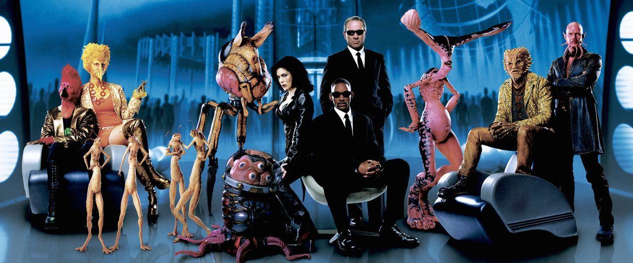 Für Agent J (Will Smith, r.) und Agent K (Tommy Lee Jones, M.) ist es nicht immer leicht zwischen Gut und Böse zu unterscheiden, nur bei Serleena (L... - Bildquelle: 2003 Sony Pictures Television International