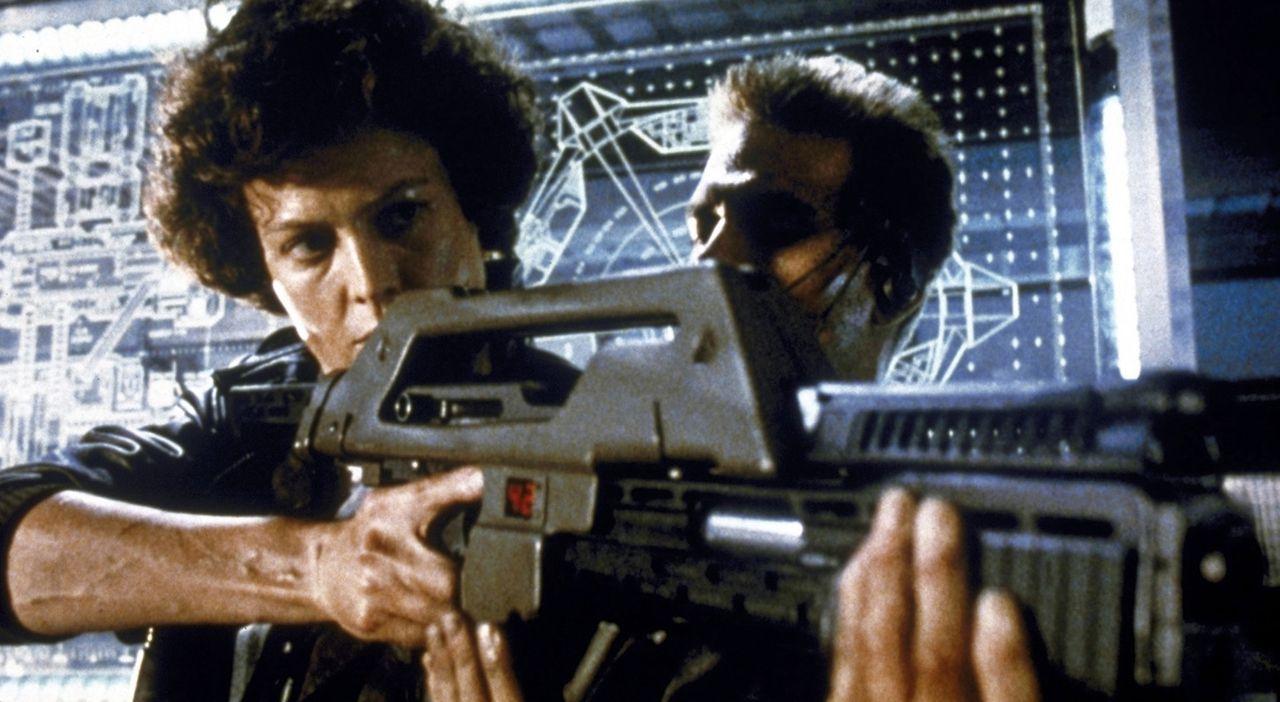 Ripley (Sigourney Weaver, l.) lässt sich von Corporal Hicks (Michael Biehn, r.) zeigen, wie man mit der Spezialwaffe umgeht... - Bildquelle: 20th Century Fox of Germany