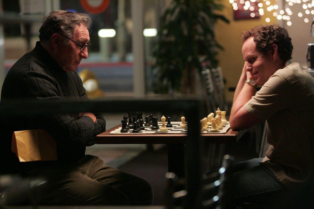 Weiß beginnt, schwarz gewinnt: Alan (Judd Hirsch, l.) und Larry (Peter MacNicol, r.) ... - Bildquelle: Paramount Network Television