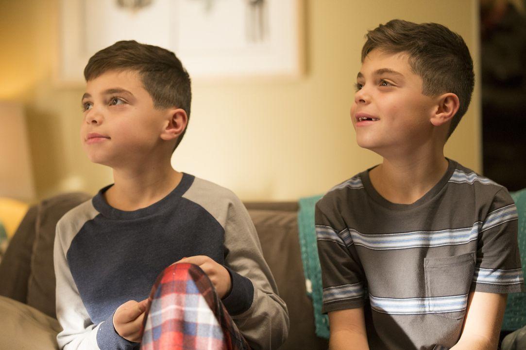 Lauras Kinder, Nicholas (Charlie Reina, l.) und Harrison (Vincent Reina, r.), freuen sich über den Besuch ihres Opas - ihre Mutter nicht so sehr .... - Bildquelle: 2015 Warner Bros. Entertainment, Inc.