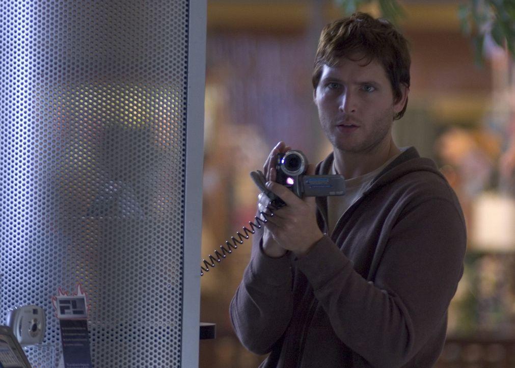 Um den unsichtbaren Killer stoppen zu können, lässt sich Detective Frank Turner (Peter Facinelli) das Unsichtbarkeitsserum injizieren. Ein gnadenl... - Bildquelle: 2006 Destination Films Distribution Company, Inc. All Rights Reserved.