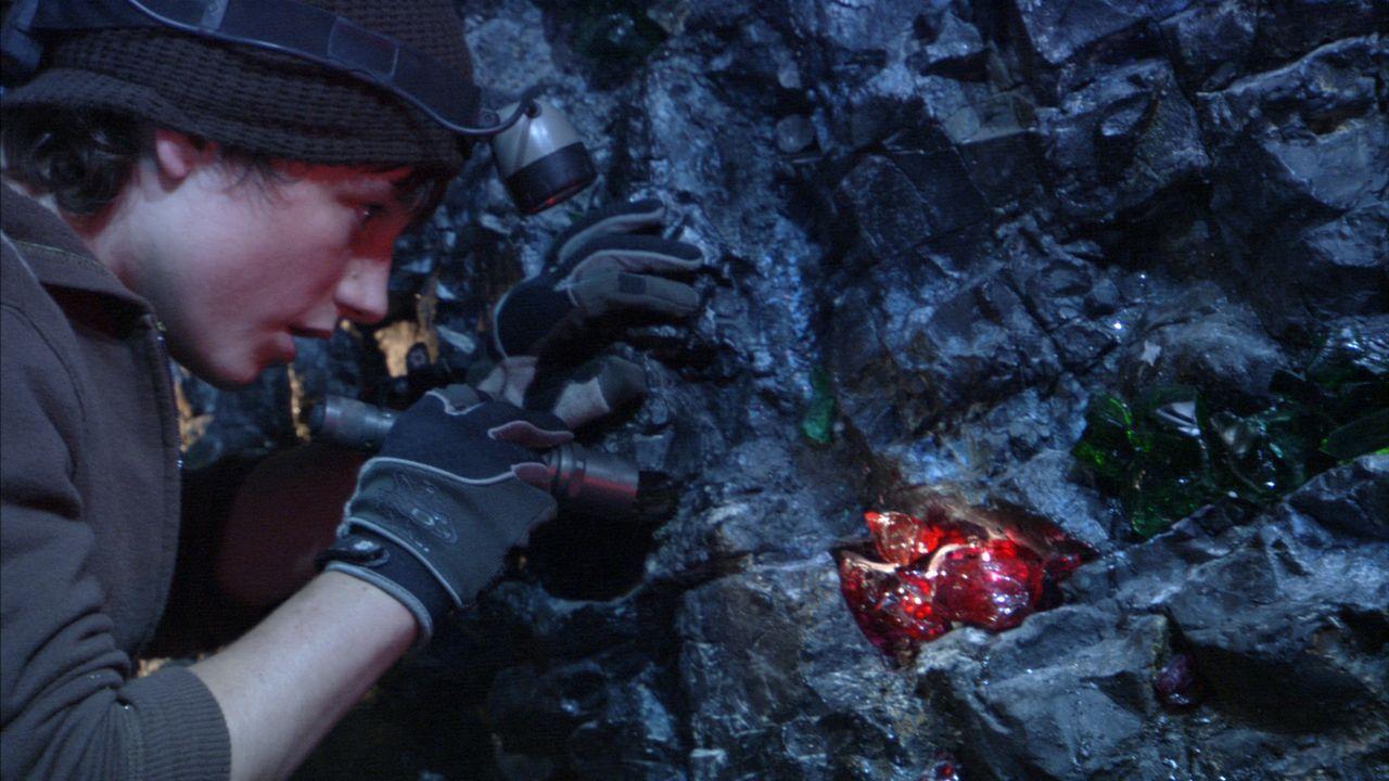 Am Ende des Tunnels entdeckt Sean (Josh Hutcherson), das die gesamte Höhle voll von wertvollen Edelsteinen ist ... - Bildquelle: 2007 New Line Productions, Inc. and Walden Media, LLC.