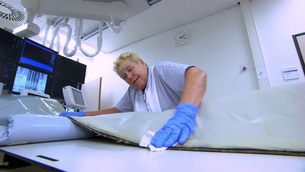Die Frau für Sauberkeit und Hygiene: Kein Eingriff und keine OP kann beginnen, bevor Ilse Schaub das Herzkatheter-Labor nicht nur auf Hochglanz gebr... - Bildquelle: Kabel Eins