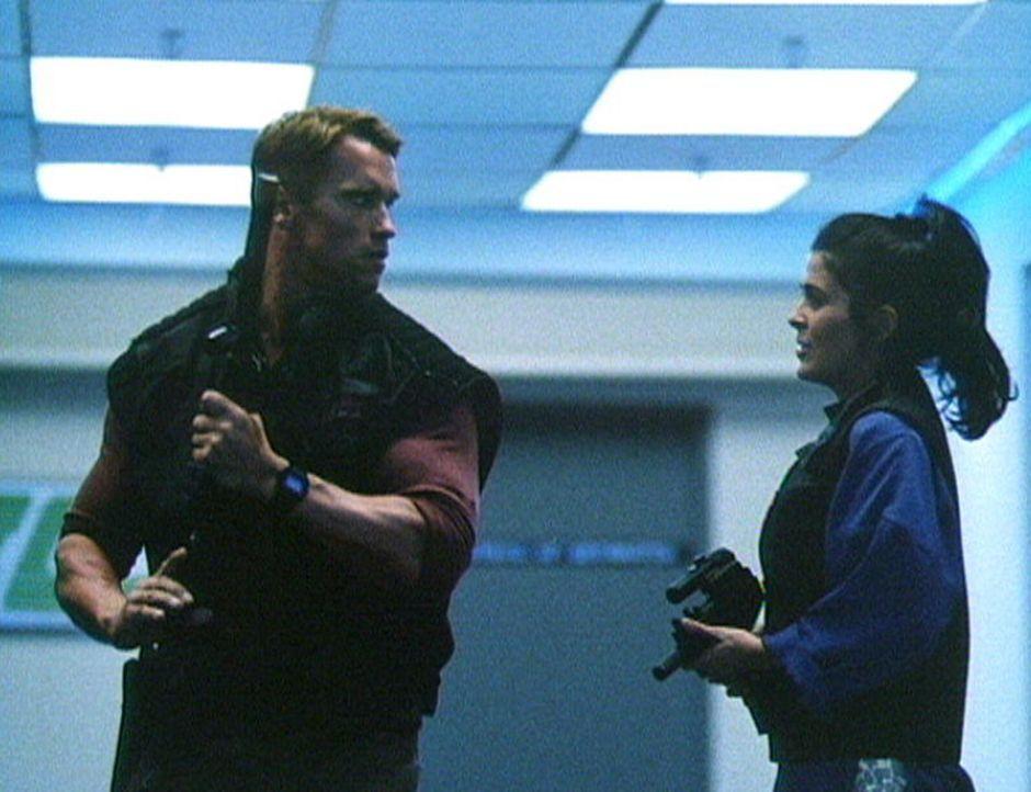 Um der brutalen Show und dem rücksichtslosen, totalitären Regime ein Ende zu machen, dreht Ben (Arnold Schwarzenegger, l.) mit Hilfe der schönen... - Bildquelle: Home Box Office