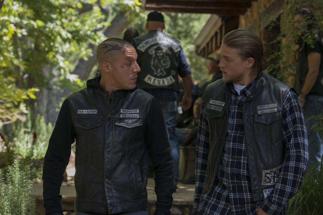 Müssen mit den Folgen der Explosion ihres Clubhauses klarkommen: Juice (Theo Rossi, l.) und Jax (Charlie Hunnam, r.) ... - Bildquelle: 2013 Twentieth Century Fox Film Corporation and Bluebush Productions, LLC. All rights reserved.