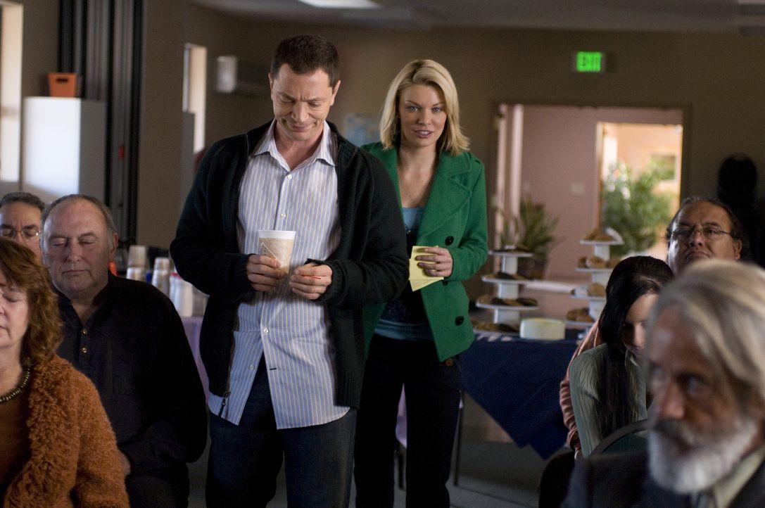 Geschockt erfährt Brandi (Nichole Hiltz, r.) von Peter (Joshua Malina, l.), wie das Treffen der Anonymen Alkoholiker verläuft ... - Bildquelle: USA Network