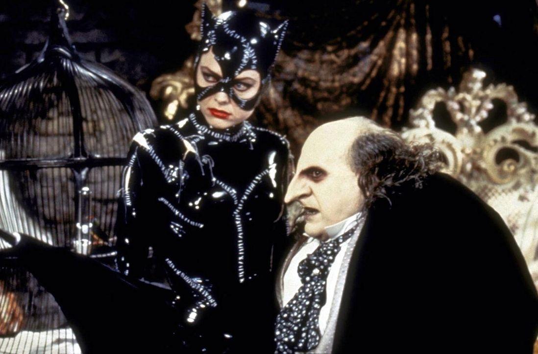 """Auch Catwoman (Michelle Pfeiffer, l.) bekämpft die rachsüchtigen und verbrecherischen Pläne des """"Pinguin"""" (Danny De Vito, r.), der mit Hilfe des... - Bildquelle: Warner Bros."""