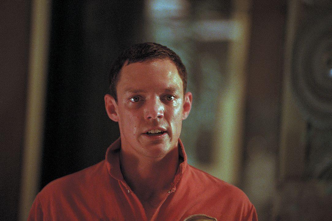 Bei der Besichtigung des geerbten Hauses taucht plötzlich Rafkin (Matthew Lillard) auf, der behauptet, dass im Keller des Hauses 12 Geister leben ... - Bildquelle: 2003 Sony Pictures Television International. All Rights Reserved.