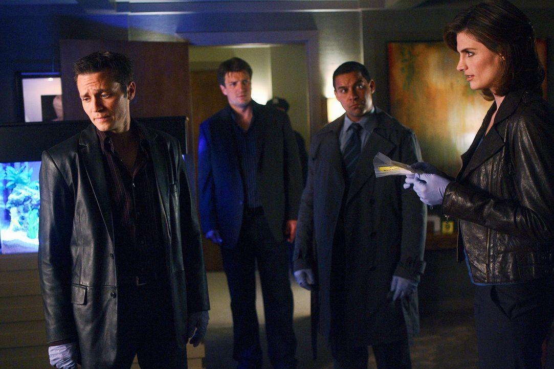 Gleich zwei Mordfälle beschäftigen Kevin (Seamus Dever, l.), Castle (Nathan Fillion, 2.v.l.), Javier (Jon Huertas, 2.v.r.) und Kate (Stana Katic, r.... - Bildquelle: ABC Studios