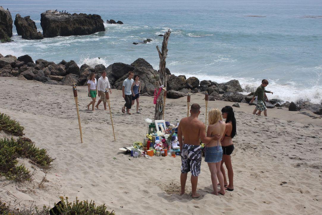 Die Leiche der 15-jährigen Christine wurde gefunden. Um ihr zu gedenken, haben ihre Freunde am Strand eine kleine Gedenkstätte errichtet ... - Bildquelle: Warner Bros. Television