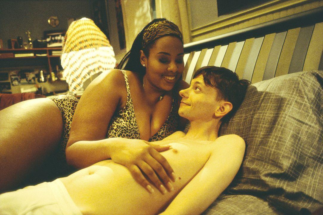 Kyle verklemmt? Das war einmal! Der Milchbubi (D.J. Qualls, r.) verliert seine Unschuld an eine üppige Schwarze (Mia Amber Davis, l.) ... - Bildquelle: TM &   DREAMWORKS L.L.C.