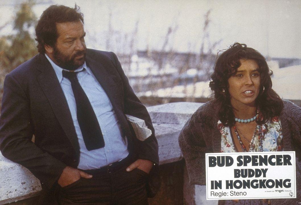 Welche Frau erliegt nicht dem Charme dieses starken Mannes - Plattfuß (Bud Spencer, l.) becirct eine junge Schönheit ... - Bildquelle: Constantin Film