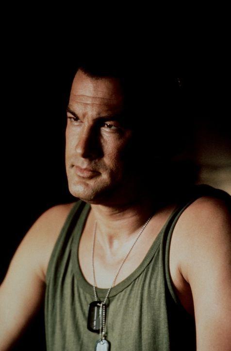 """Er ist """"nur"""" der Koch auf dem US-Kriegsschiff USS Missouri, doch als Terroristen das Schiff kapern und alle anderen gefangen nehmen, entpuppt sich C... - Bildquelle: Warner Bros."""