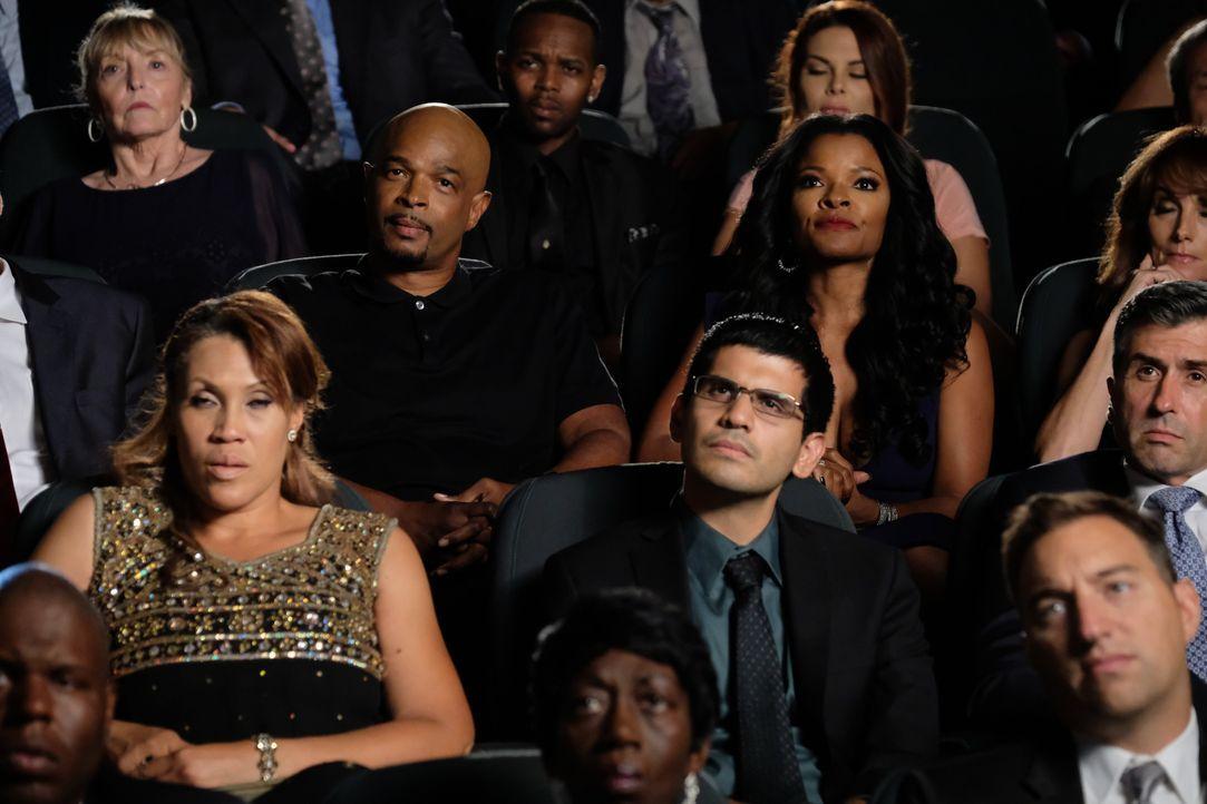 Murtaugh (Damon Wayans, 2. Reihe, l.) ist beunruhigt und eifersüchtig, als er bemerkt, dass seine Frau Trish (Keesha Sharp, 2. Reihe, 2.v.r.) regen... - Bildquelle: Warner Brothers