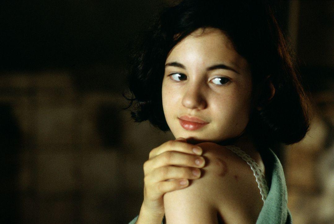 Durch Zufall entdeckt das aufgeweckte Mädchen Ofelia (Ivana Baquero) ein Labyrinth, und stößt dort auf Pan, der ihr ein besseres Leben in Aussich... - Bildquelle: Telepool GmbH