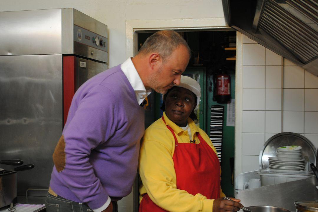 Frank Rosin (l.) schaut Cassita (r.) bei der Arbeit über die Schulter. - Bildquelle: kabel eins