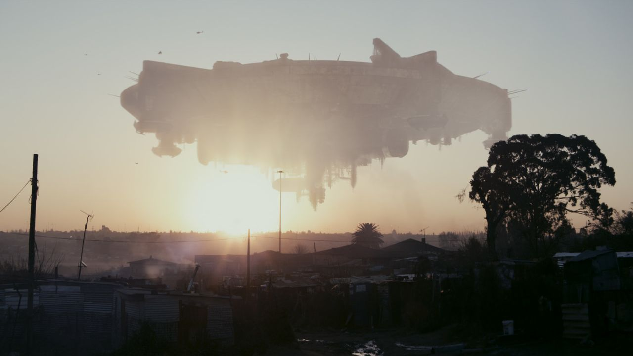 1982 taucht ein riesiges Raumschiff in die irdische Atmosphäre ein, ohne jedoch zu landen. Mitten über der südafrikanischen Metropole Johannesburg v... - Bildquelle: 2009 District 9 Ltd. All Rights Reserved.