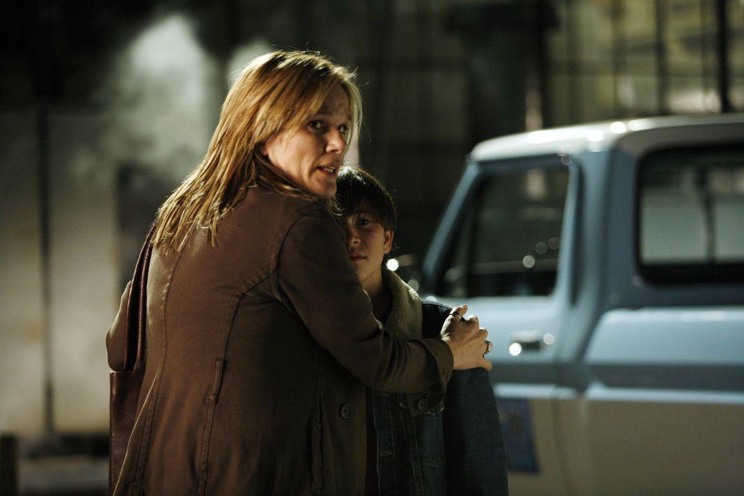 Nach sieben Jahren wird Lindsay (Catherine Dent, l.) aus dem Gefängnis entlassen. Sie ist überglücklich, ihren Sohn Ryan (Wyatt Smith, r.) endlich w... - Bildquelle: Warner Bros. Entertainment Inc.