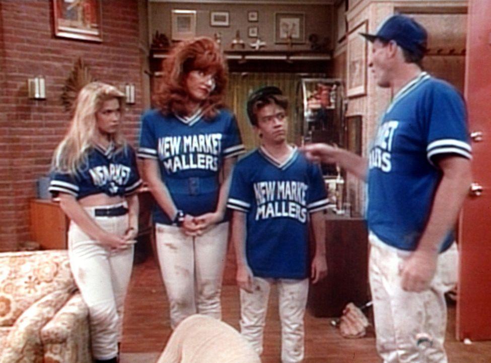 (v.l.n.r.) Kelly (Christina Applegate), Peggy (Katey Sagal) und Bud (David Faustino) geben Al (Ed O'Neill) die Schuld an der Niederlage im Softballs... - Bildquelle: Columbia Pictures