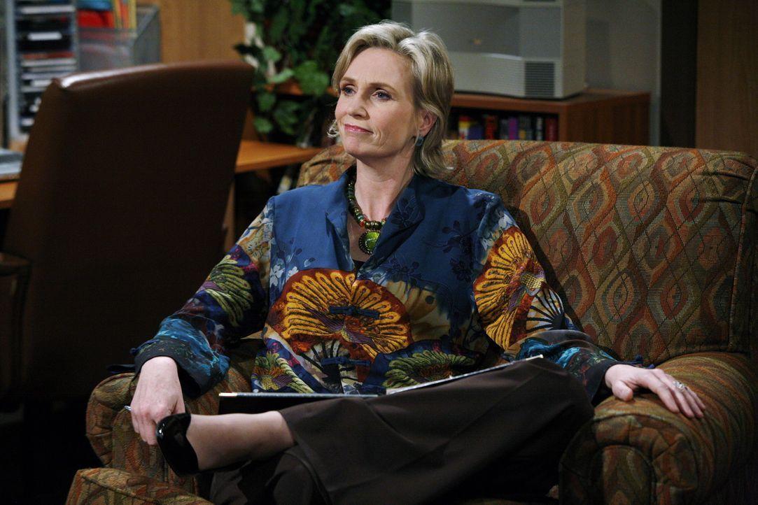Die Psychologin Dr. Freeman (Jane Lynch) versucht Erklärungen für Charlies seltsames Verhalten zu finden ... - Bildquelle: Warner Brothers Entertainment Inc.