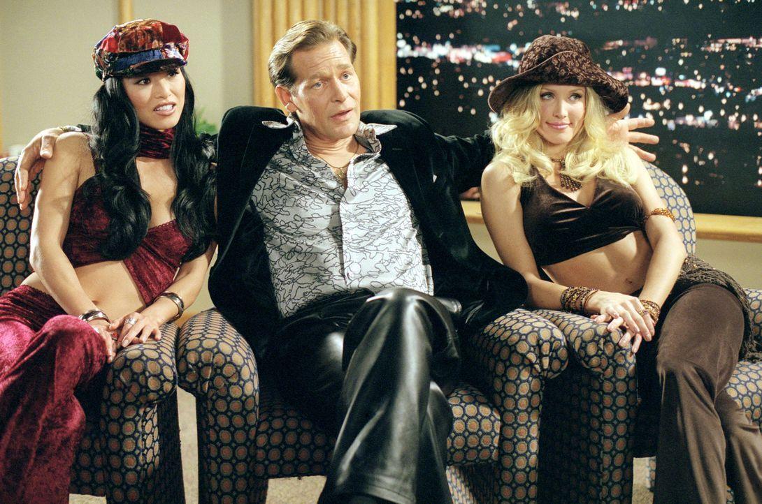 Hugo Posh (James Remar, M.) mangelt es nie an schönen Mädchen (Amanda Swisten, r. und Sung Hi Lee, l.) ... - Bildquelle: 2004 by Epsilon Motion Pictures