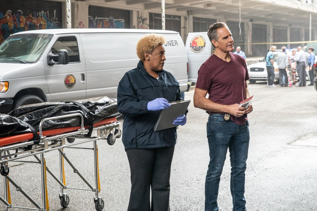 Dr. Loretta Wade (CCH Pounder, l.); Special Agent Dwayne Pride (Scott Bakula, r.) - Bildquelle: Sam Lothridge 2020 CBS Broadcasting Inc. All Rights Reserved. / Sam Lothridge