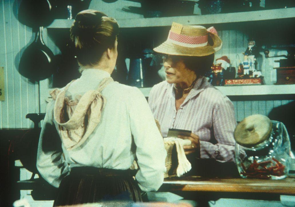 Mrs. Oleson (Katherine MacGregor, r.) stellt fest, dass Alice (Hersha Parady, l.) schon wieder anschreiben lassen möchte. - Bildquelle: Worldvision