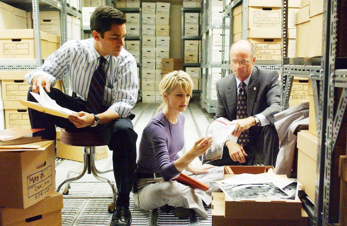 Stehen vor einem schier unlösbaren Rätsel: (v.l.n.r.) Scott Valens (Danny Pino), Lilly Rush (Kathryn Morris) und John Stillman (John Finn) … - Bildquelle: Warner Bros. Television