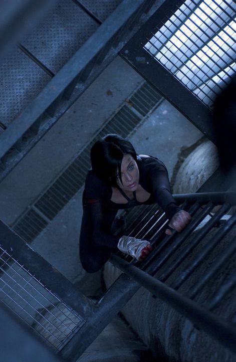 Es gelingt Aeon Flux (Charlize Theron), die zahlreichen Fallen und Schutzvorkehrungen, die das Regierungsviertel schützen sollen, zu überwinden. D... - Bildquelle: 2004 by PARAMOUNT PICTURES. All Rights Reserved.