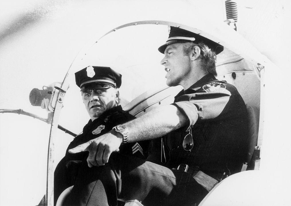 Supercop Dave Speed (Terence Hill, r.) und Sergant Willy Dunlop (Ernest Borgnine, l.) starten per Hubschrauber zu einem aufregenden Einsatz gegen Ge... - Bildquelle: El Pico S.A.