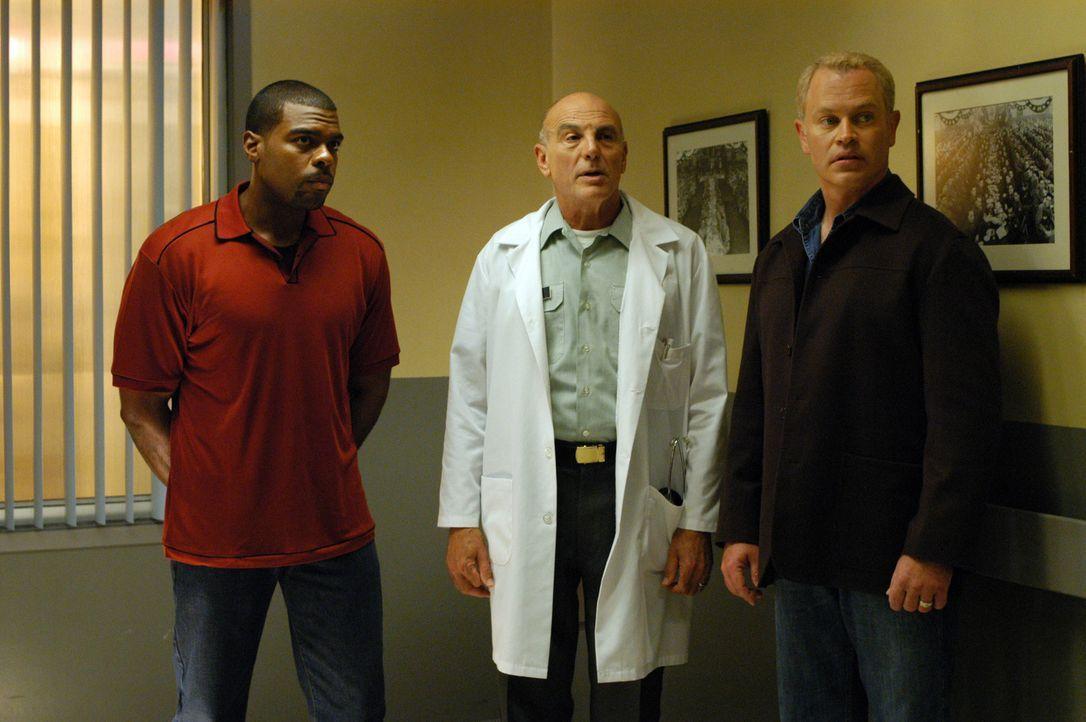 Frank Powell (Troy Winbush, l.), LT. Col.Bartek (Carmen Argenziano, M.) und Dr. Stephen Connor (Neal McDonough, r.) versuchen die Ursache der Erkran... - Bildquelle: CBS Television