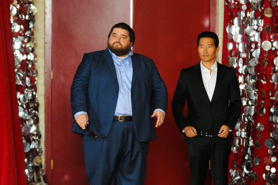 Ein ganz besonderes Klassentreffen wartet auf Chin (Daniel Dae Kim, r.) und Jerry (Jorge Garcia, l.) ... - Bildquelle: 2013 CBS Broadcasting Inc. All Rights Reserved