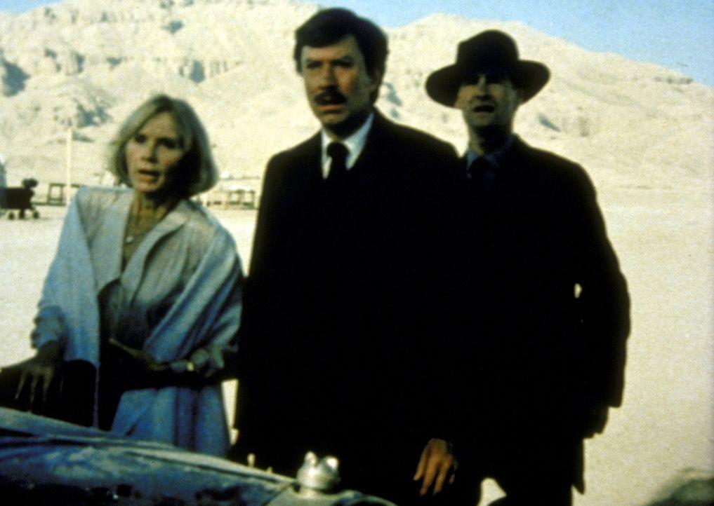 Reporterin Sarah (Eva Marie Saint, l.) soll über die Ausgrabungen berichten. Zwischen ihr und Carter (Robin Ellis, M.) bahnt sich eine Affäre an... - Bildquelle: Columbia Pictures
