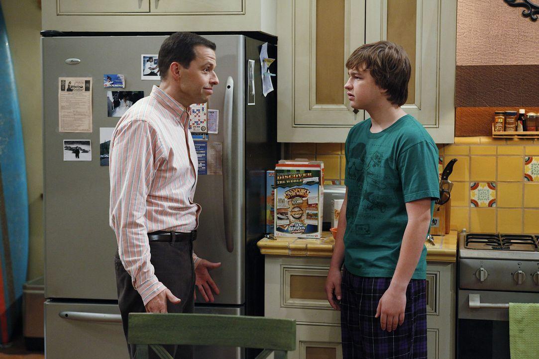 Alan (Jon Cryer, l.) und Charlie beobachten zwei Mädchen, die sich morgens aus Jakes (Angus T. Jones, r.) Zimmer schleichen. Sein Vater stellt ihn... - Bildquelle: Warner Bros. Television
