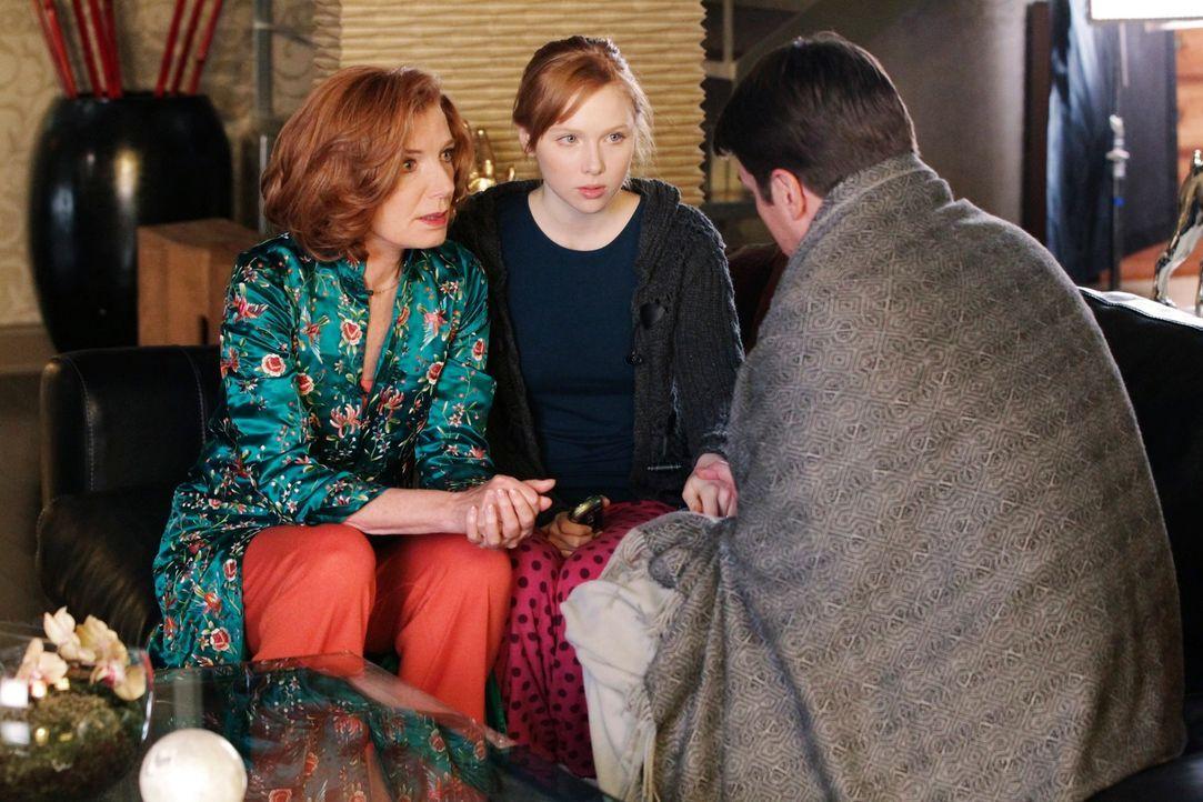 Castle (Nathan Fillion, r.) bittet Alexis (Molly C. Quinn, M.) und Martha (Susan Sullivan, l.) um einen etwas seltsamen Gefallen ... - Bildquelle: 2011 American Broadcasting Companies, Inc. All rights reserved.