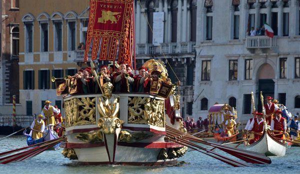Historische Regatta in Venedig