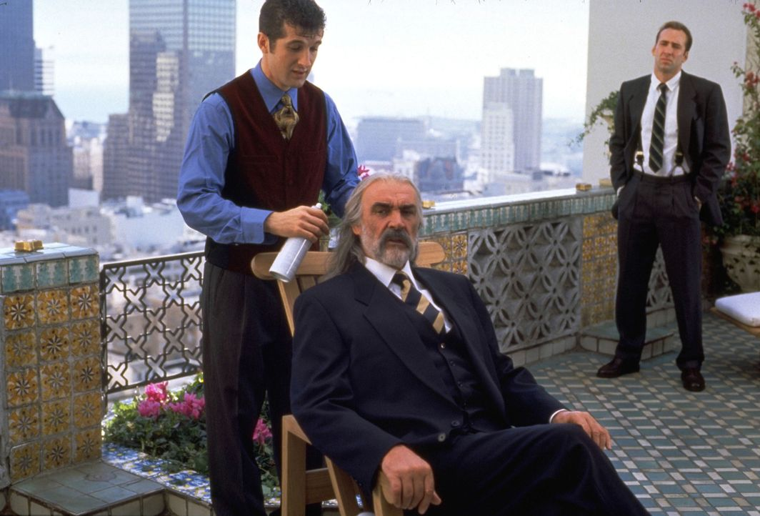 Dr. Stanley Goodspeed (Nicolas Cage, r.) weiß genau, dass der Einzige, der der Bevölkerung von San Francisco noch helfen kann, der britische SAS-Age... - Bildquelle: Hollywood Pictures Company.  All rights reserved