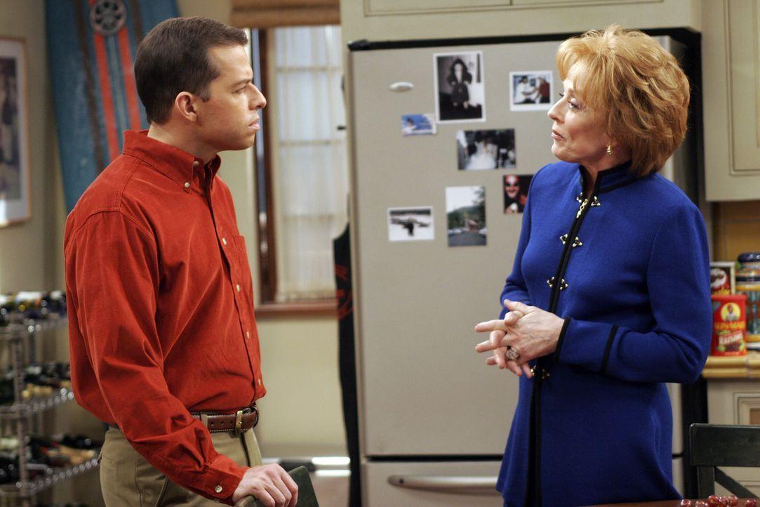 Da Alan (Jon Cryer, l.) von seiner Mutter (Holland Taylor, r.) Geld für eine neues Auto bekommen hat, ist er ihr nun einen Gefallen schuldig ... - Bildquelle: Warner Brothers Entertainment Inc.