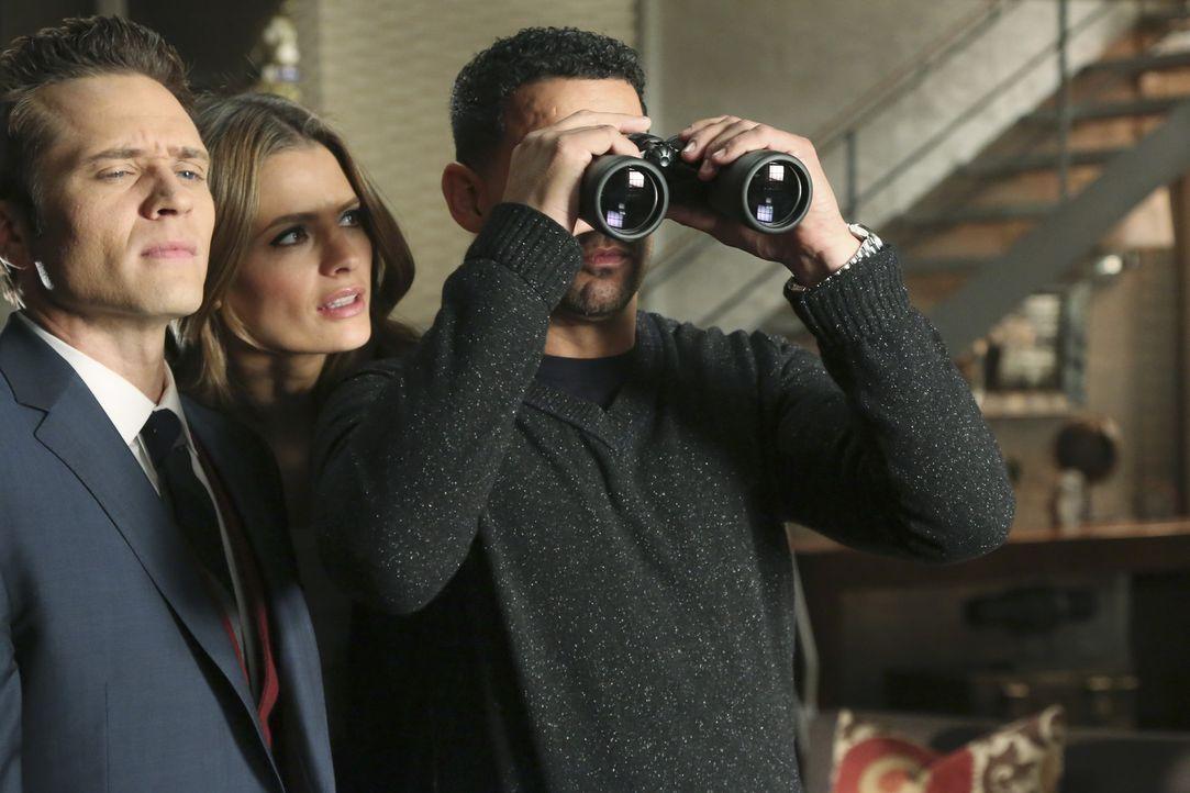 Beckett (Stana Katic, M.) hat ihre beiden Kollegen Javier Esposito (Jon Huertas, r.) und Kevin Ryan (Seamus Dever, l.) in Castles Wohnung geschickt,... - Bildquelle: ABC Studios