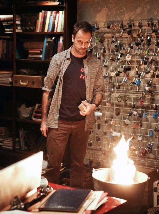 Der etwas durchgeknallte Ermittler Sherlock Holmes (Jonny Lee Miller) versucht einen neuen Fall zu lösen ... - Bildquelle: CBS Television