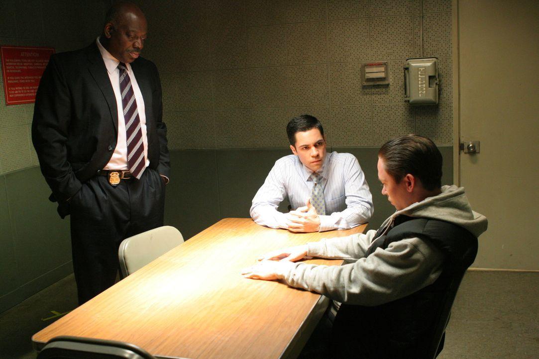 Det. Scott Valens (Danny Pino, M.) und Det. Will Jeffries (Thom Barry, l.) verhören den Verdächtigen Stump (James Jordan, r.) ... - Bildquelle: Warner Bros. Television