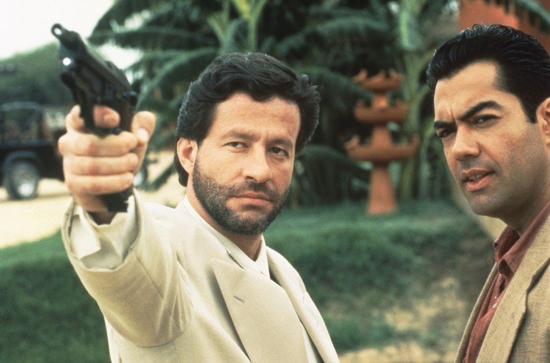 Macht mit Gegenspielern kurzen Prozess: Drogenbaron Bucho (Joaquim de Almeida, l.) - Bildquelle: Columbia Pictures