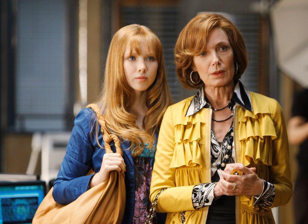 Als Alexis (Molly C. Quinn, l.) und Martha (Susan Sullivan, r.) zum Fotoshooting, anlässlich der Veröffentlichung Richards neuen Buches, kommen, sin... - Bildquelle: ABC Studios