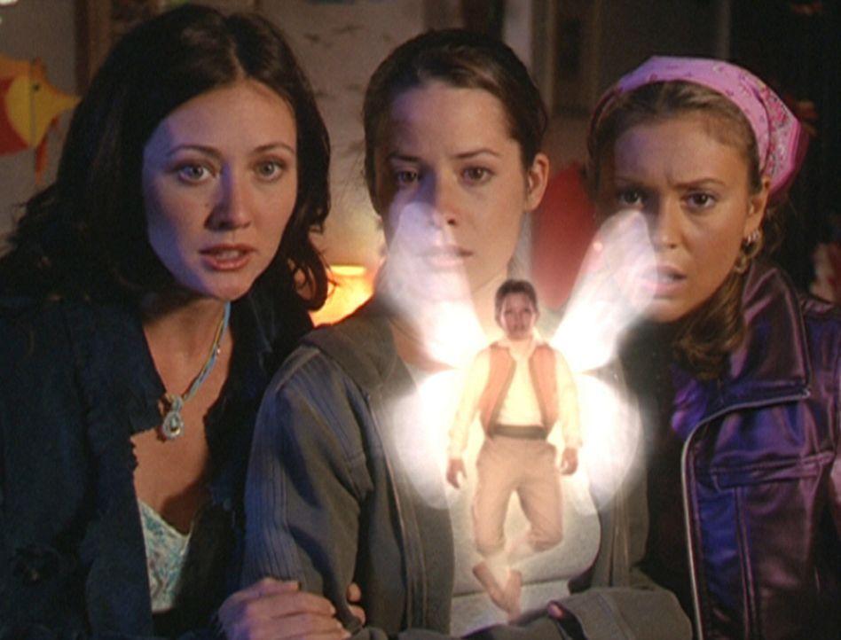 Prue (Shannen Doherty, l.), Piper (Holly Marie Combs, M.) und Phoebe (Alyssa Milano, r.) trauen ihren Augen nicht ... - Bildquelle: Paramount Pictures