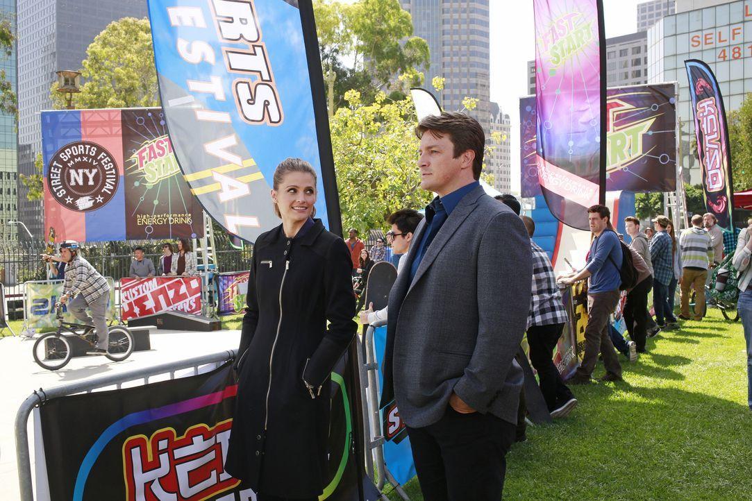 Ihre Ermittlungen führen Kate (Stana Katic, l.) und Castle (Nathan Fillion, r.) diesmal in die bunte Welt der Skateboarder ... - Bildquelle: 2014 American Broadcasting Companies, Inc. All rights reserved.