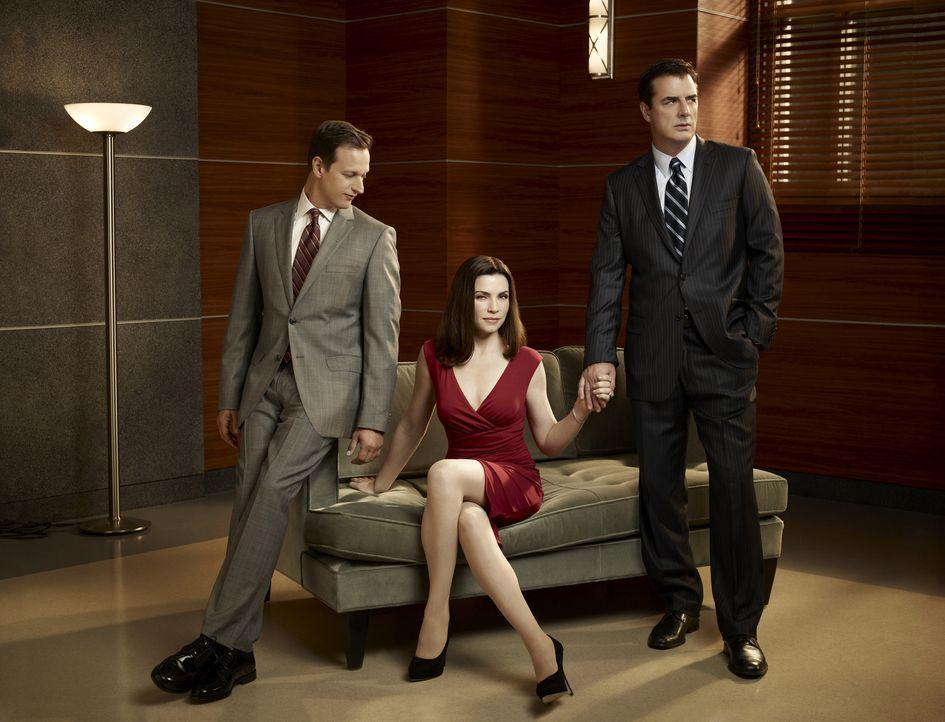 (2. Staffel) - Alicia Florrick (Julianna Margulies, M.) sitzt zwischen den Stühlen. Während Will Gardner (Josh Charles, l.) um ihre Gunst kämpft,... - Bildquelle: CBS Broadcasting Inc. All Rights Reserved