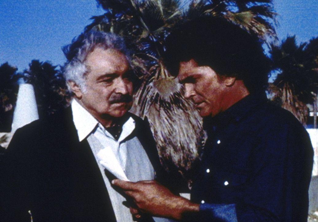 Jonathan (Michael Landon, r.) ist traurig, als ihm Hadajak mitteilt, dass er den Lauf des Films - und somit den Lauf der Geschichte - nicht ändern... - Bildquelle: Worldvision Enterprises, Inc.