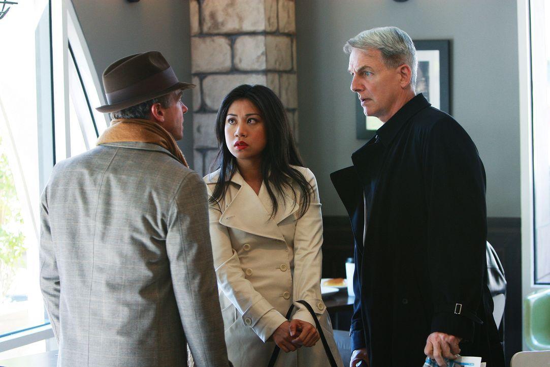 NCIS Special Agent Michelle Lee (Liza Lapira, M.) und Gibbs (Mark Harmon, r.) versuchen bei einem Gespräch mit Ted Bankston (David Eigenberg, l.) he... - Bildquelle: CBS Television