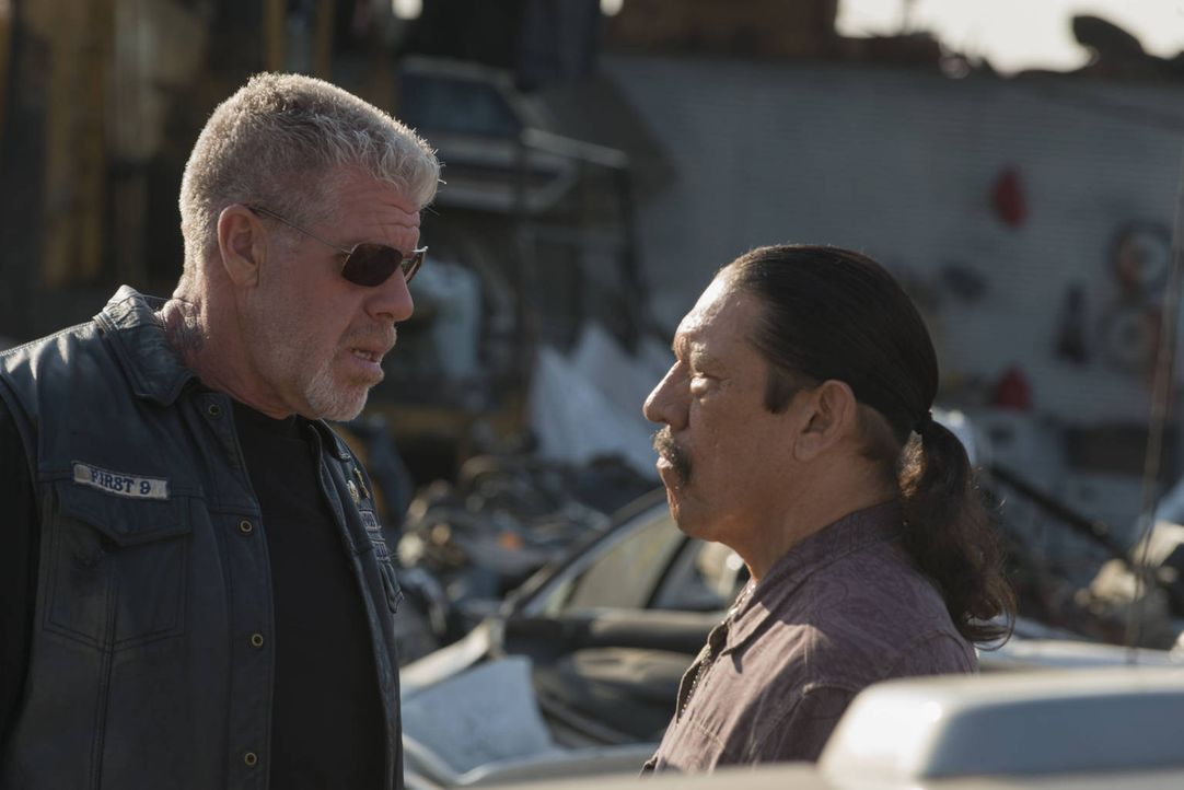 Kommt Clay (Ron Perlman, l.) auf das verführerische Angebot von  Romeo (Danny Trejo, r.) zurück oder schlägt er eine ganz andere Richtung ein? - Bildquelle: 2012 Twentieth Century Fox Film Corporation and Bluebush Productions, LLC. All rights reserved.